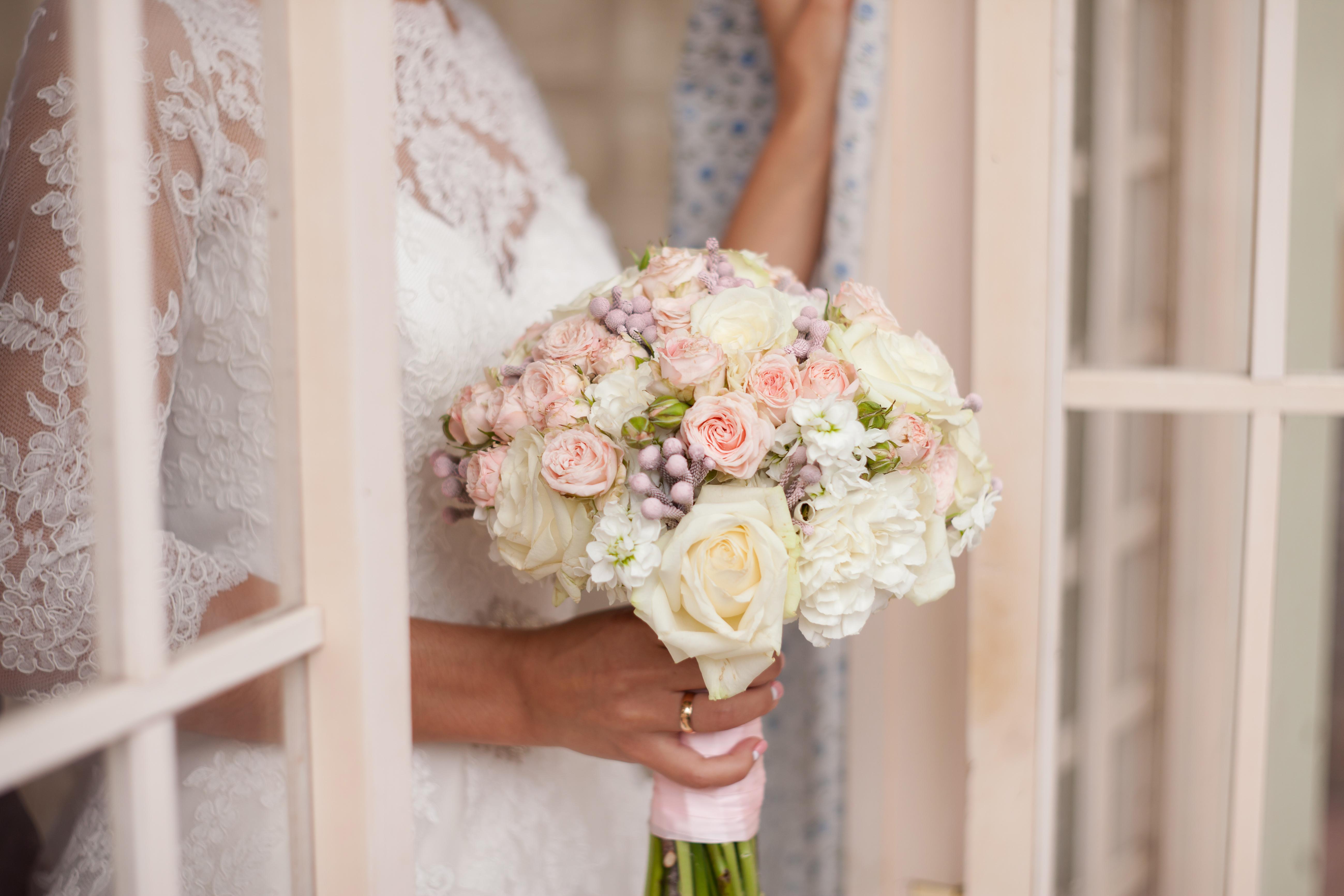 bouquet di fiori e rose per la sposa